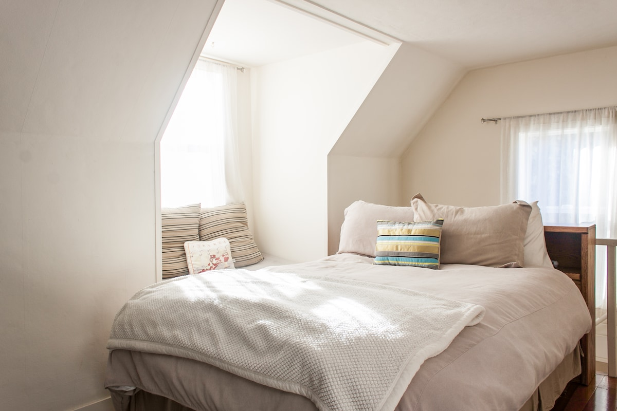 A Queen bed upstairs with beautiful light to enjoy the reading nook.  Luxury linens and the comfiest bed!