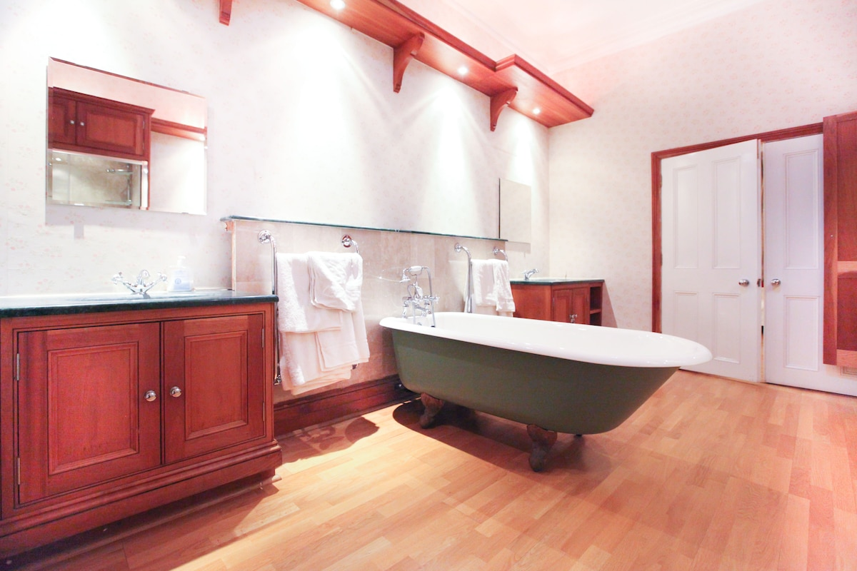 Bathroom with 2 basins and the beautiful bath tub