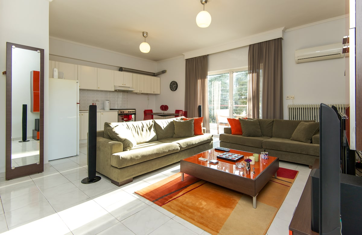 Spacious & Sunny Living room & Kitchen