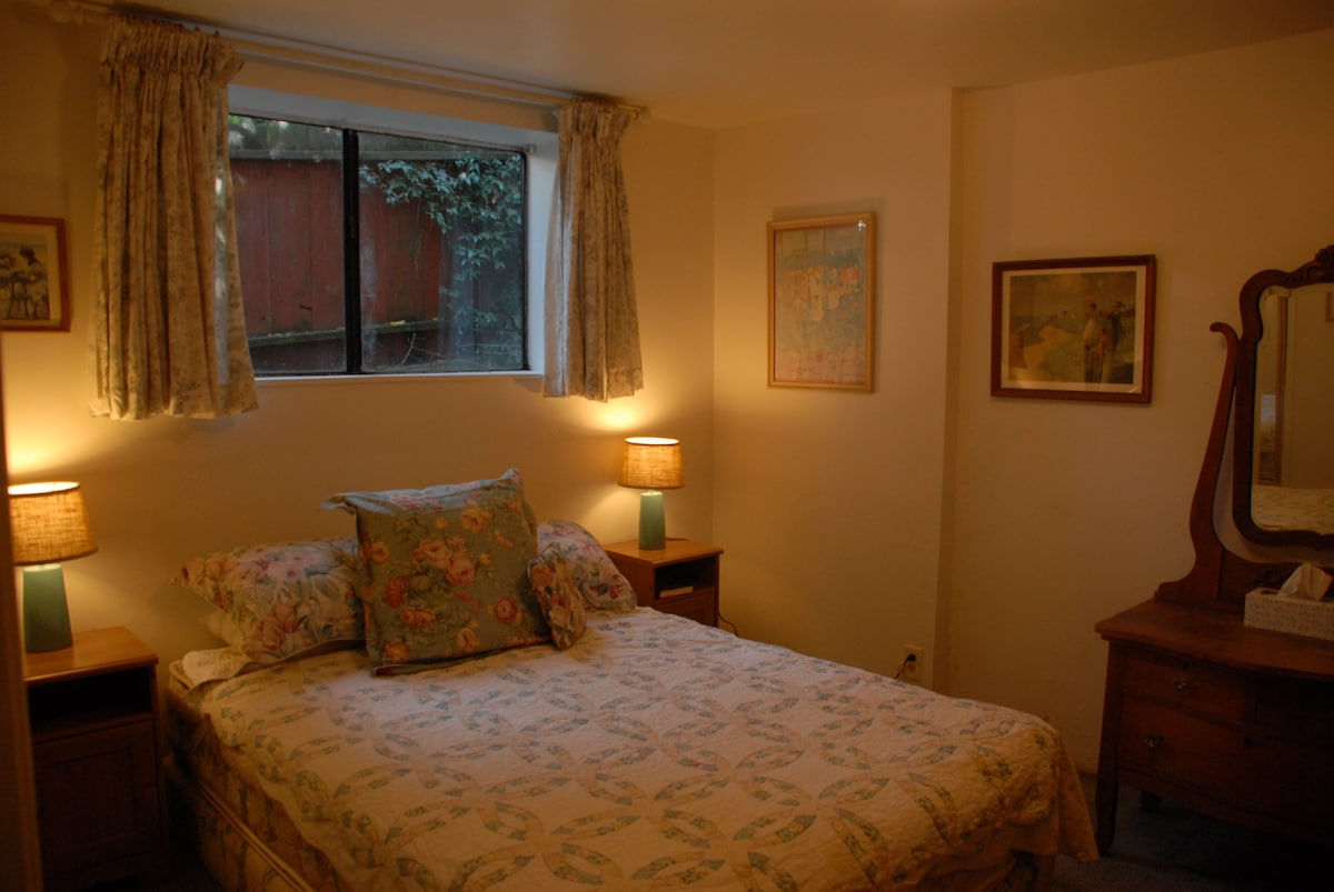 Cozy, quiet bedroom with Queen-sized bed and quiet little view upon back garden - listen to the birds sing!