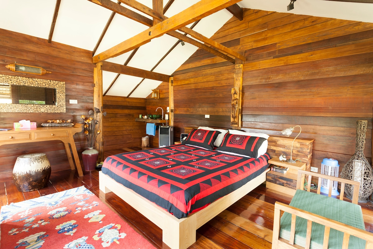 Double bed, sink and tea facilities in Rice barn.