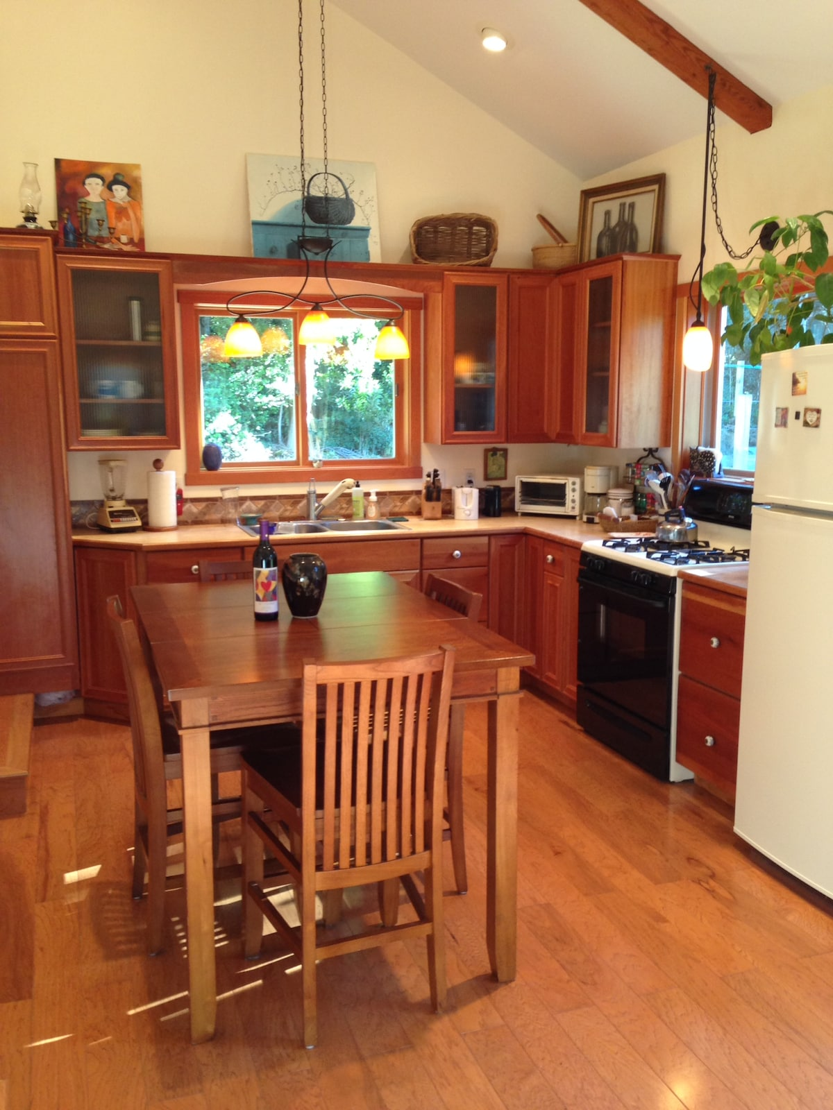 A fully equipped kitchen and with a pretty table.