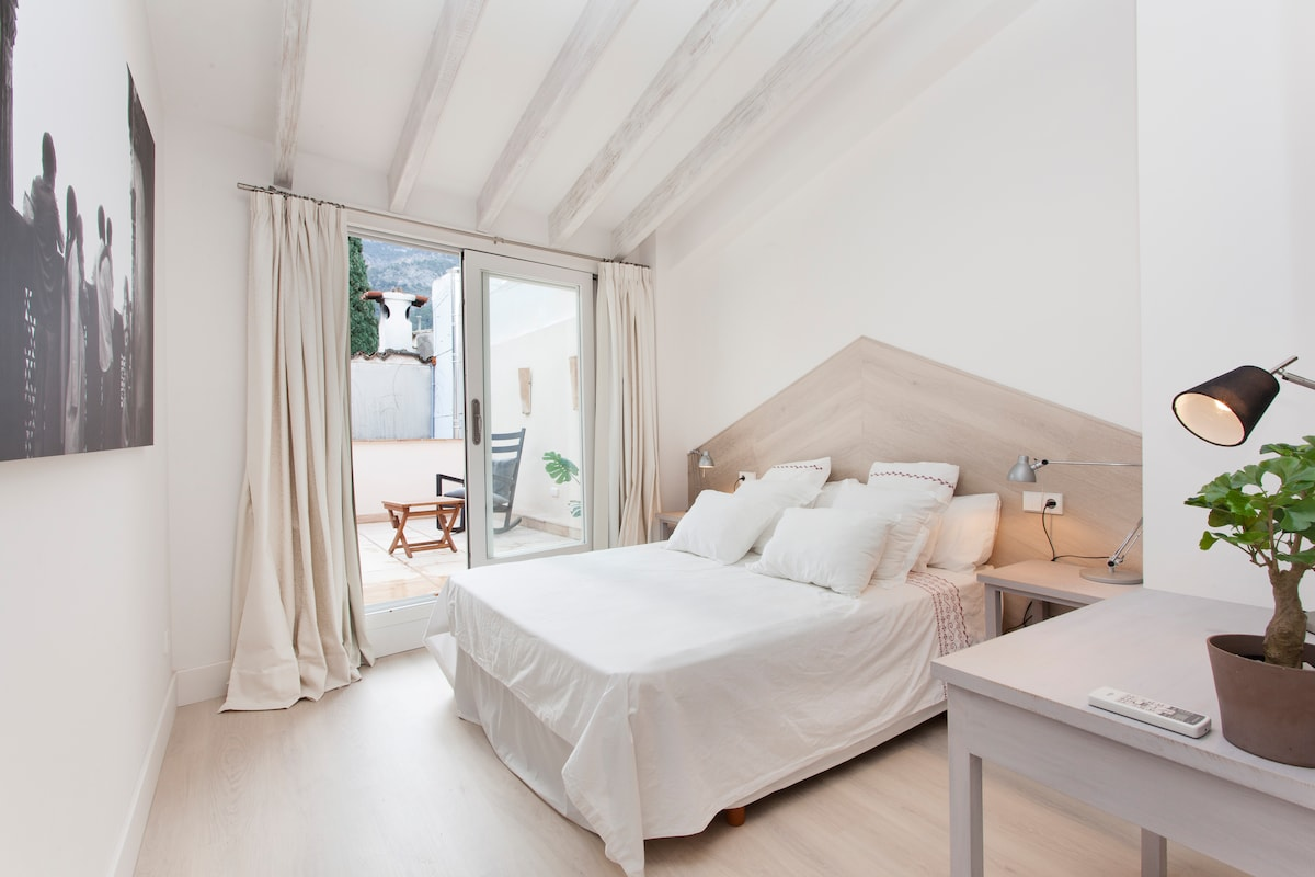 Double bedroom with private terrace.