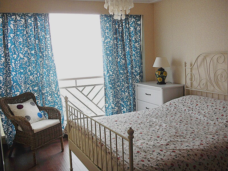 Bedroom 1: Blue and white combination colors make you feel like living in the Mediterranean cottages; Chandeliers made with shells, floral curtains, and rattan chairs make you feel like living in the quiet countryside. 浪漫卧室:蓝与白的配搭,让人仿佛置身于地中海的小屋;贝壳的吊灯、碎花的窗