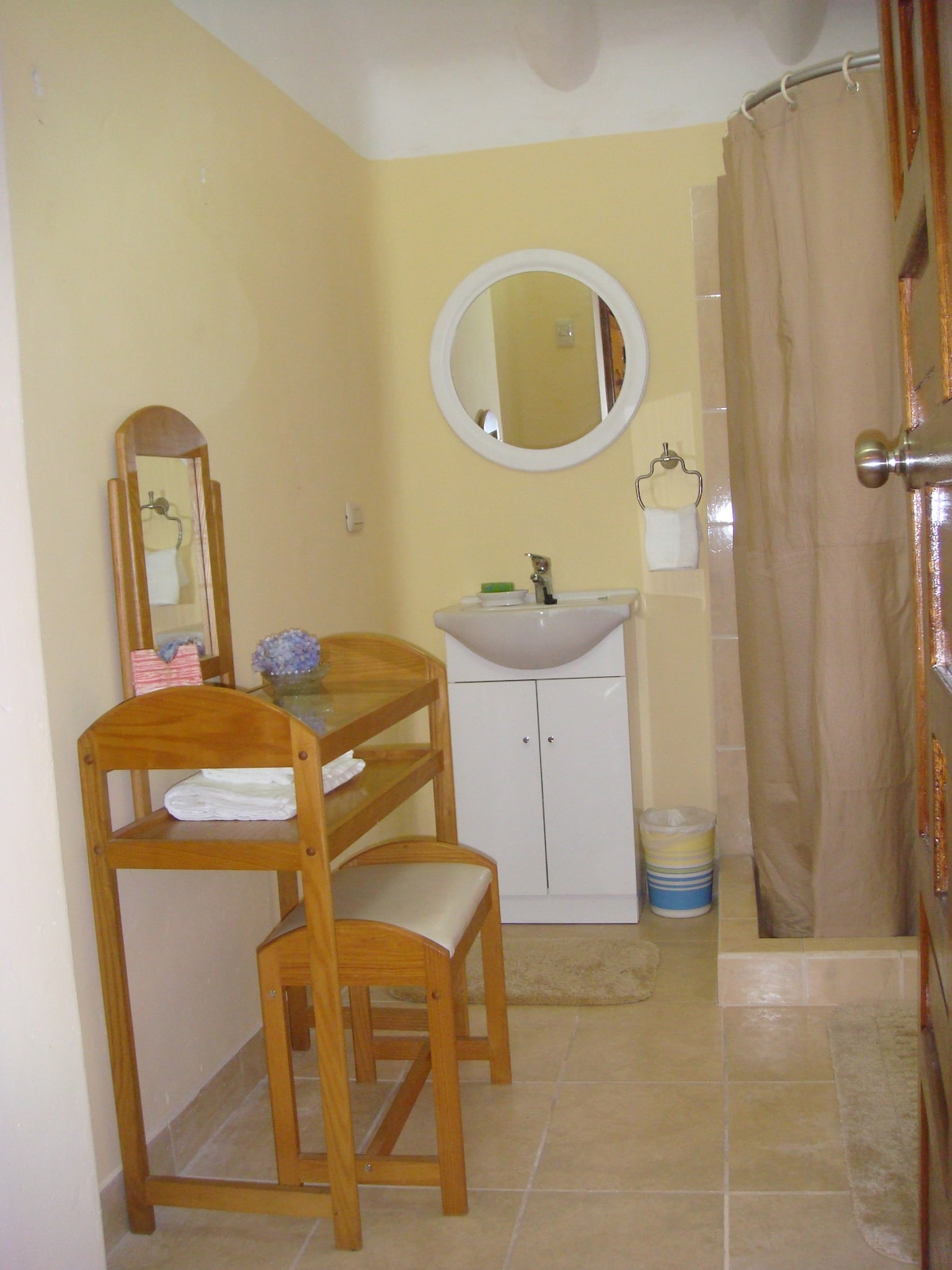 Guest Apartment. Comfortable full bathroom with shower,with view of the woods and river.