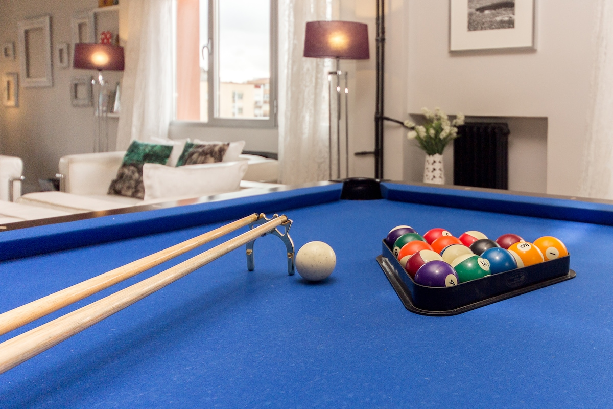 Yes, it is a french pool table in the middle of the living room. That's right!!