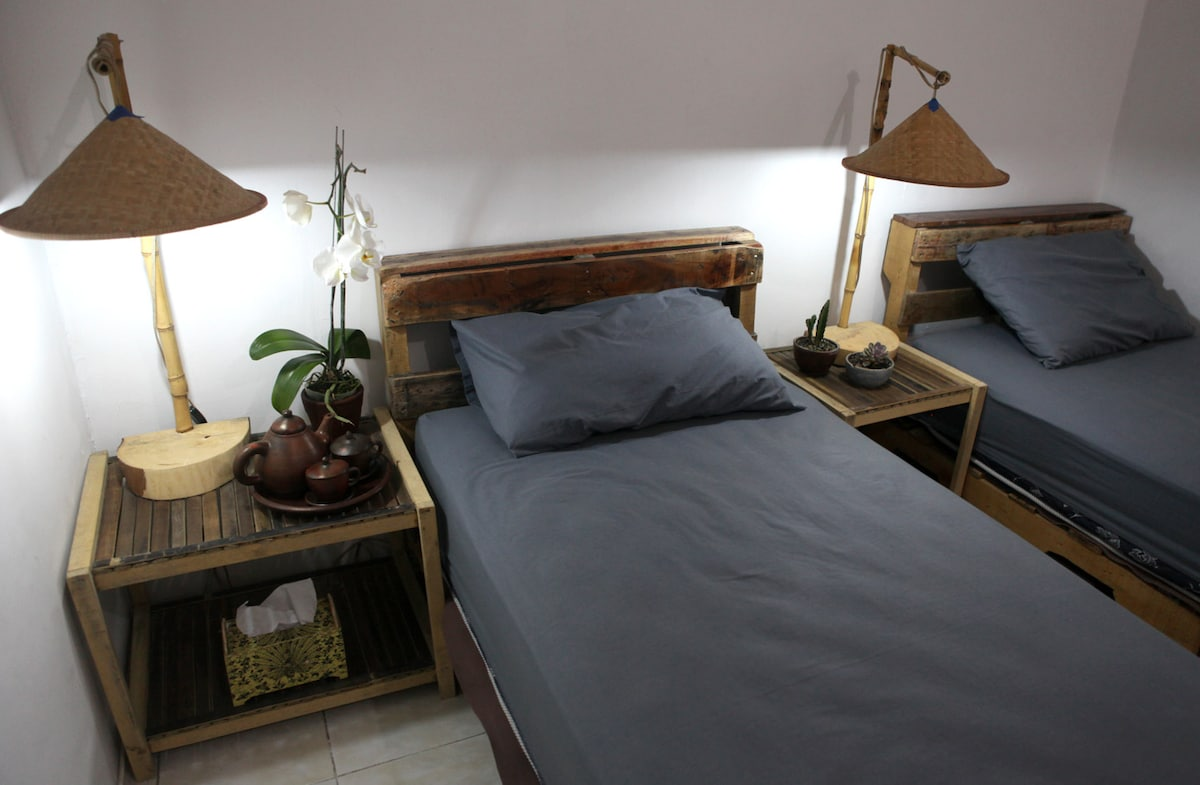 Kamar Bungkus, our twin single bed room.