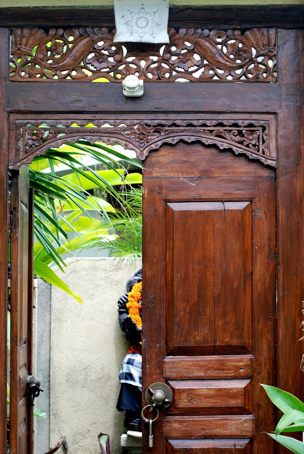 Welcome! Here is the front door… beautiful woodwork.