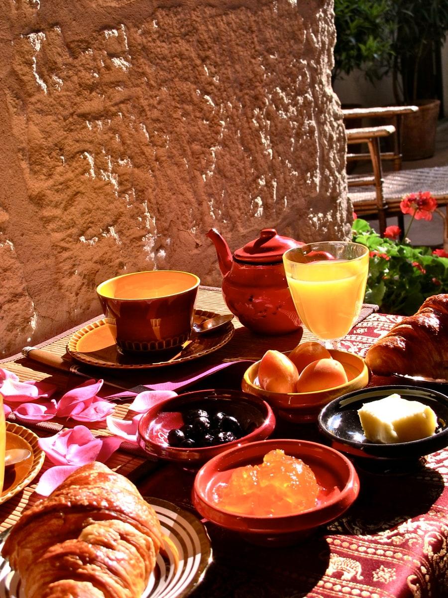 petit déjeuner à la saison chaude sur la terrasse