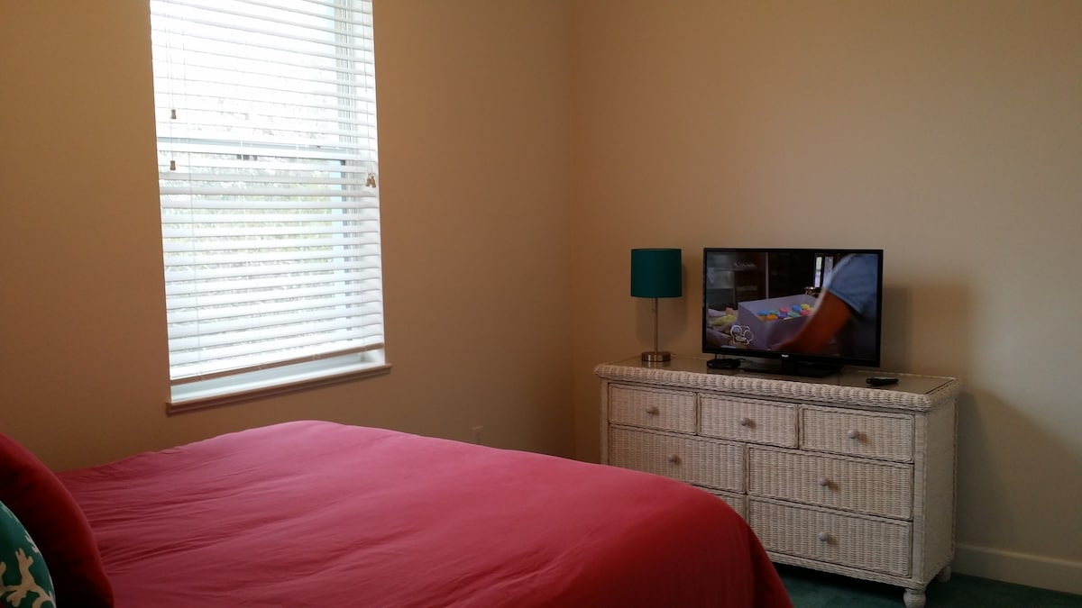 Master bedroom at rear of building with queen bed, en suite bathroom and HDTV