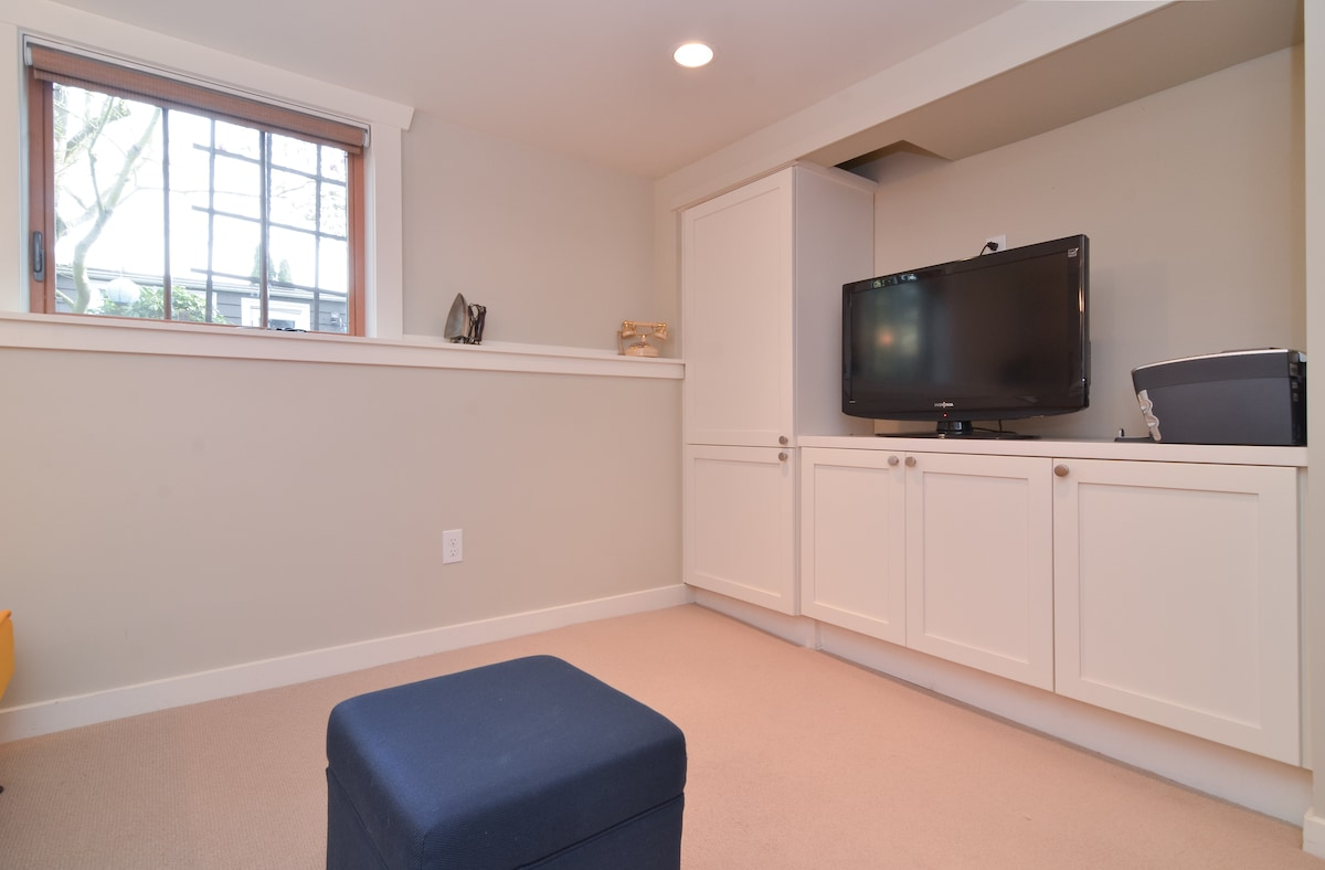 """Opposite view of Living Room showing 32"""" flat screen TV with cable, DVD/Blueray player and garden view!"""