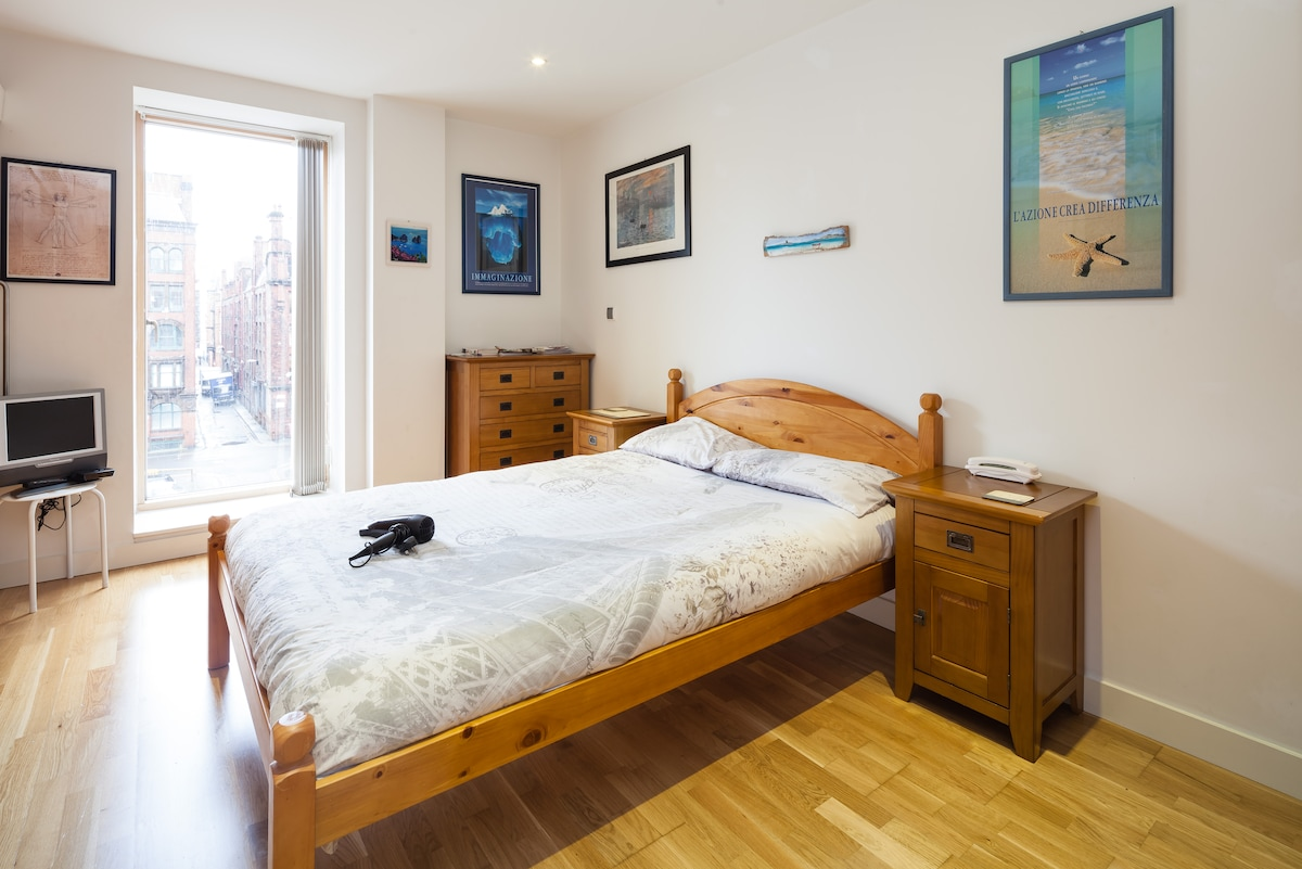 This will be your good-size bedroom ;)..view over the most filmed streets of Manchester..