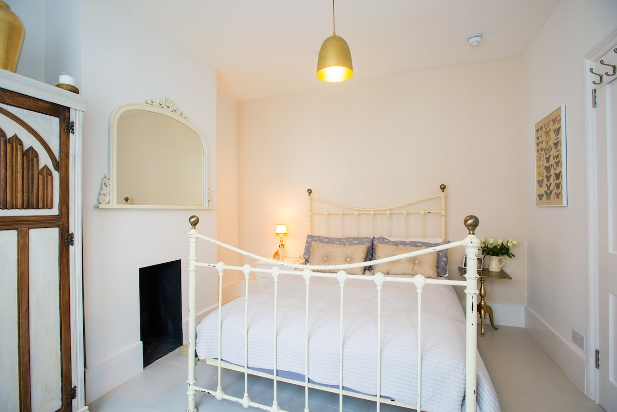 The Gold Room! Comfy foam mattress with feather pillows & duvet