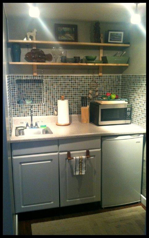 Kitchenetter, with new microwave, refrigerator. We recently installed new tiles and shelving.