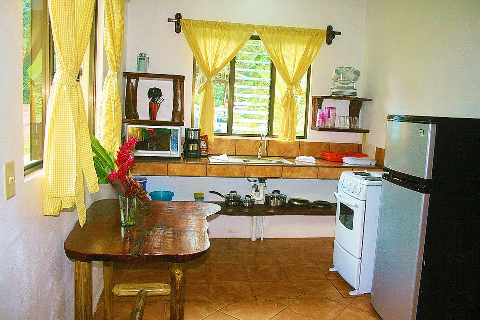 Complete kitchen and dining area in Colibri Casita