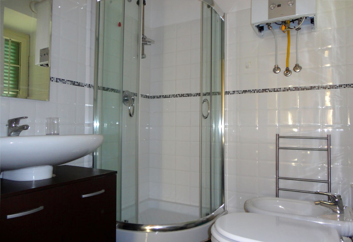 Bagno privato con finetra Doccia e bidet - Asciugacapelli, asciugamani e telo da doccia forniti.  Private Bathroom with own window Shower and bidet Towels and hair dryer are provided