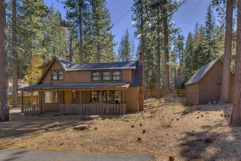 lots of room to play in the snow, build snowmen, and snowball fights. Walk to the lake and pass by multi million dollar homes (we think its the best location), rustic wood house 2bd 1ba house with 2 rooms upstairs and large private backyard  (with Weber p