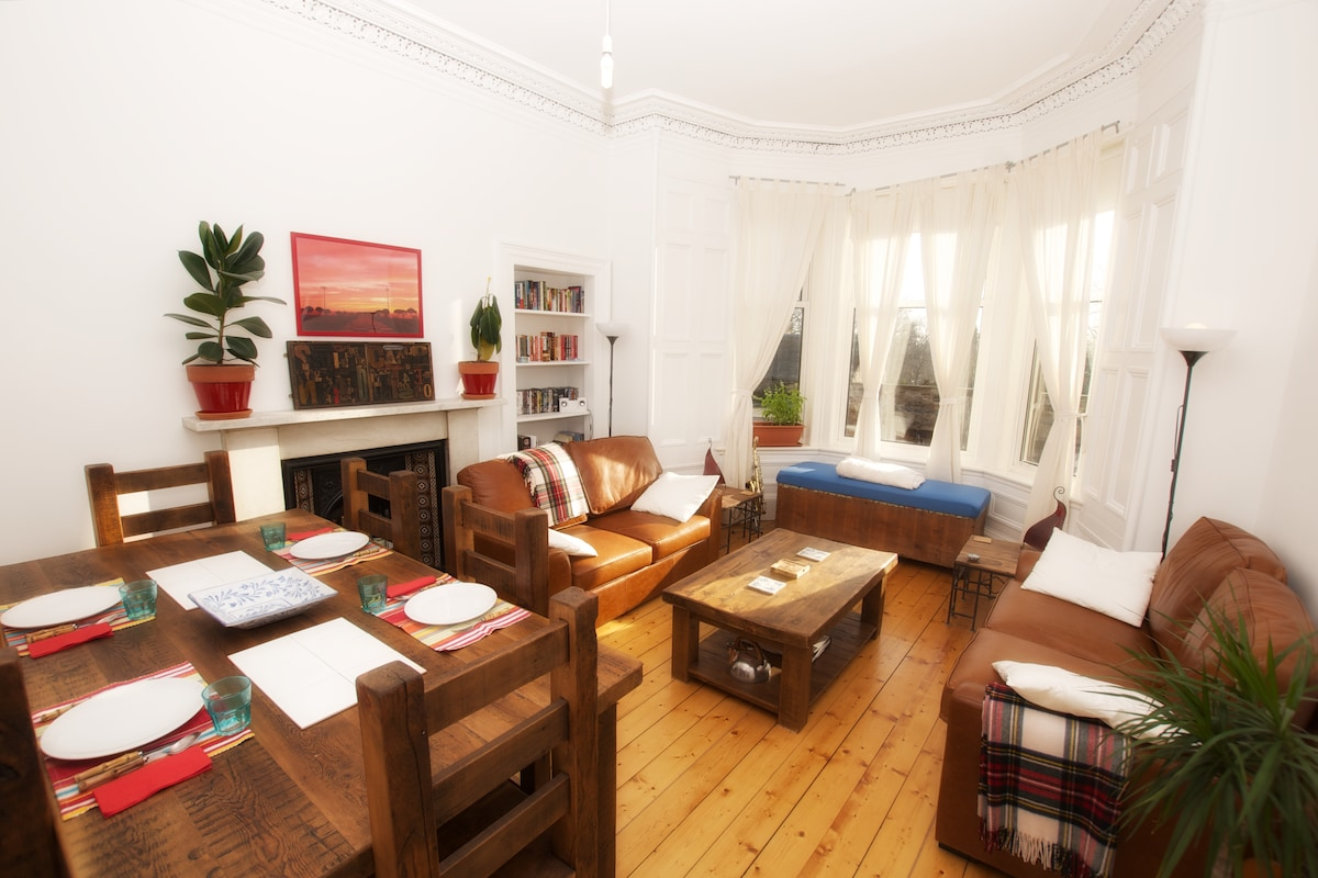 Living room - bright and ample, south-facing and with dining area