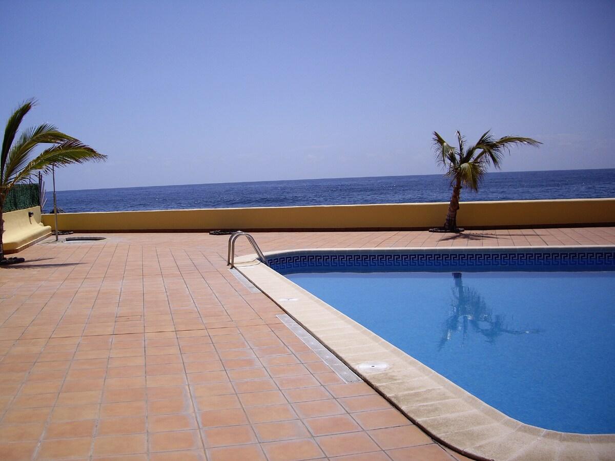 Esta es la fantastica piscina comunitaria de los apartamentos pero es un remanso de paz frente al mar!!!