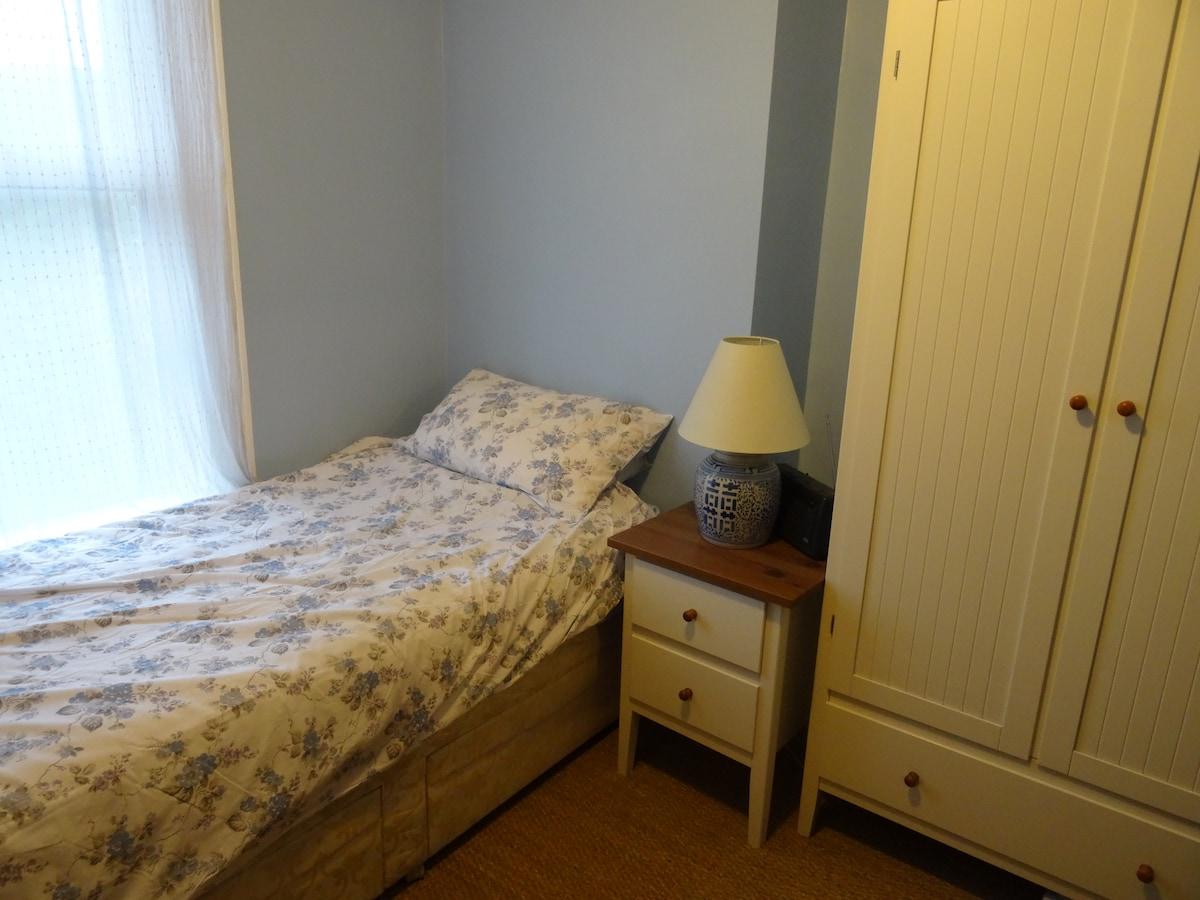 Comfortable, light single room
