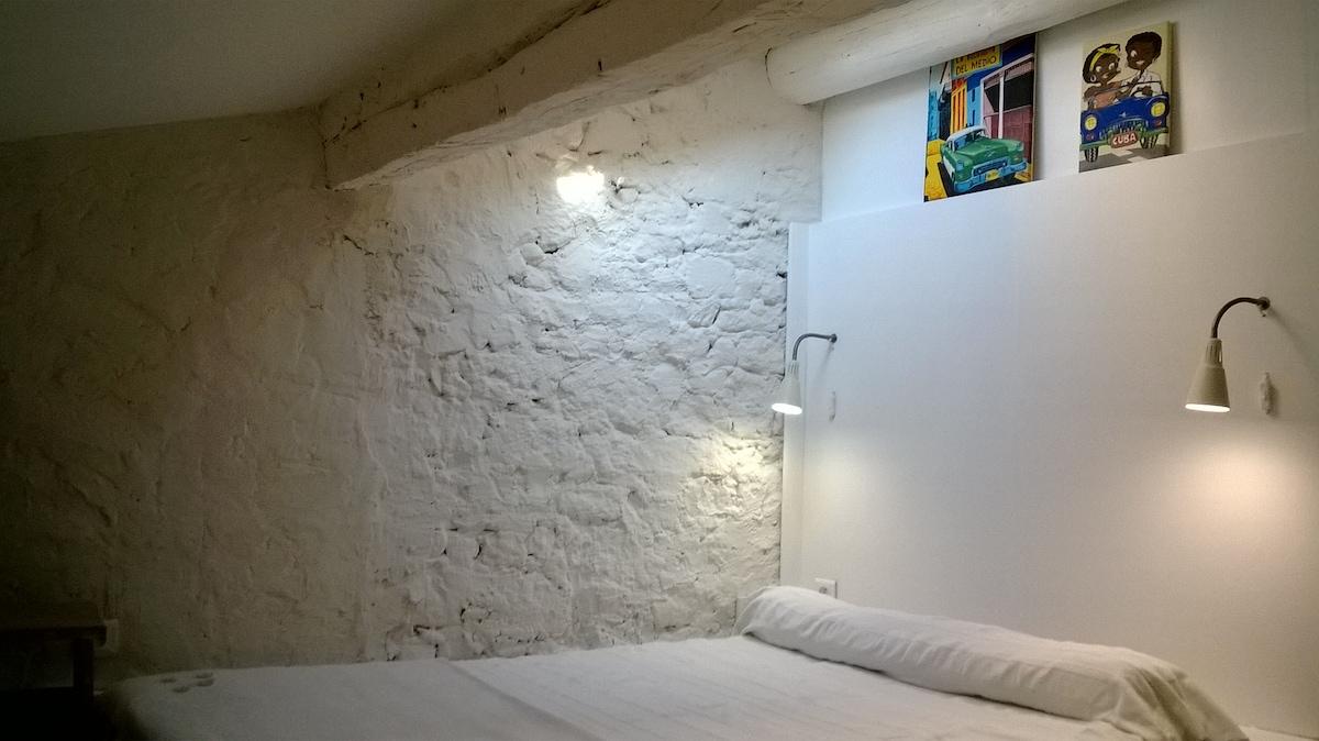 Détails de la petite chambre Sous les Toits lit deux places