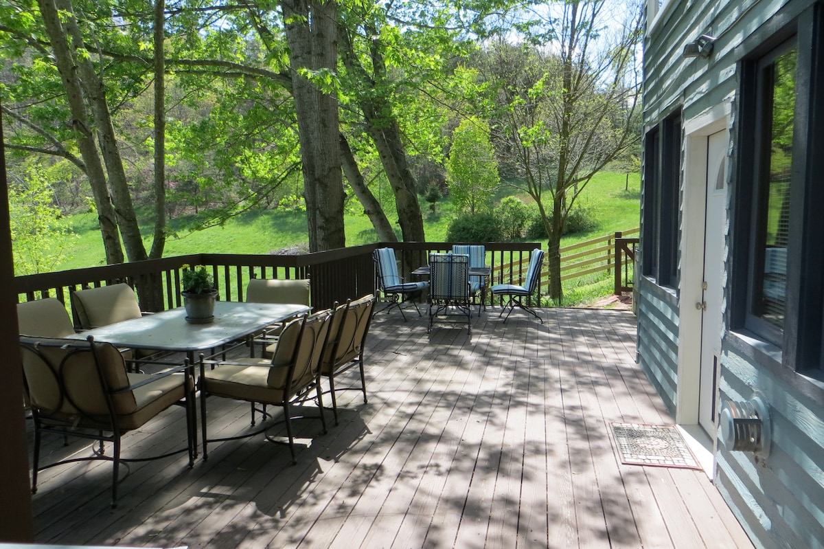2 bdrm suite near I-81  with goats!