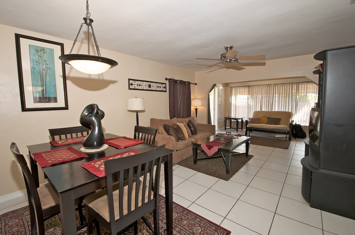 Living and Dining Area - Queen sized sleeper sofa accommodates sleeping for 2