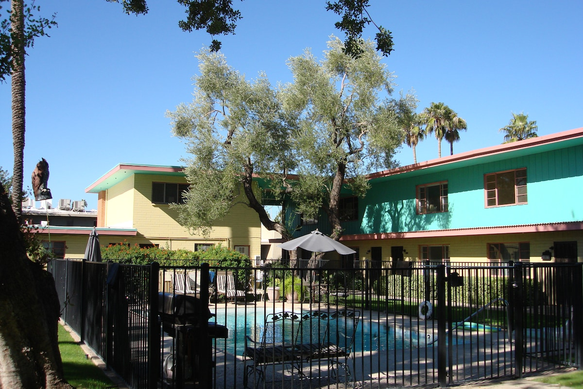 The exterior of the small quiet complex maintains its 50's retro charm!