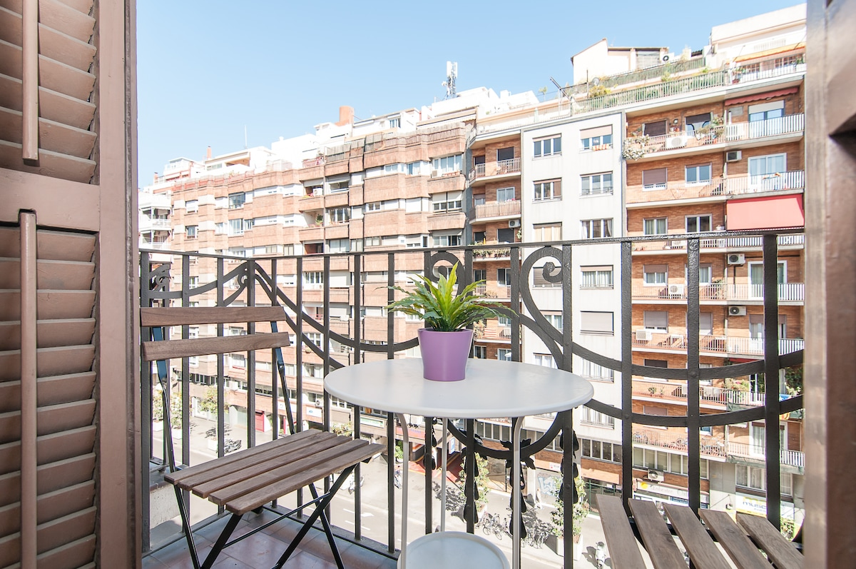 Wonderful room, very bright, exterior, with access to your private balcony and soundproof windows. overlooking the Eixample, one of the most central areas of Barcelona.