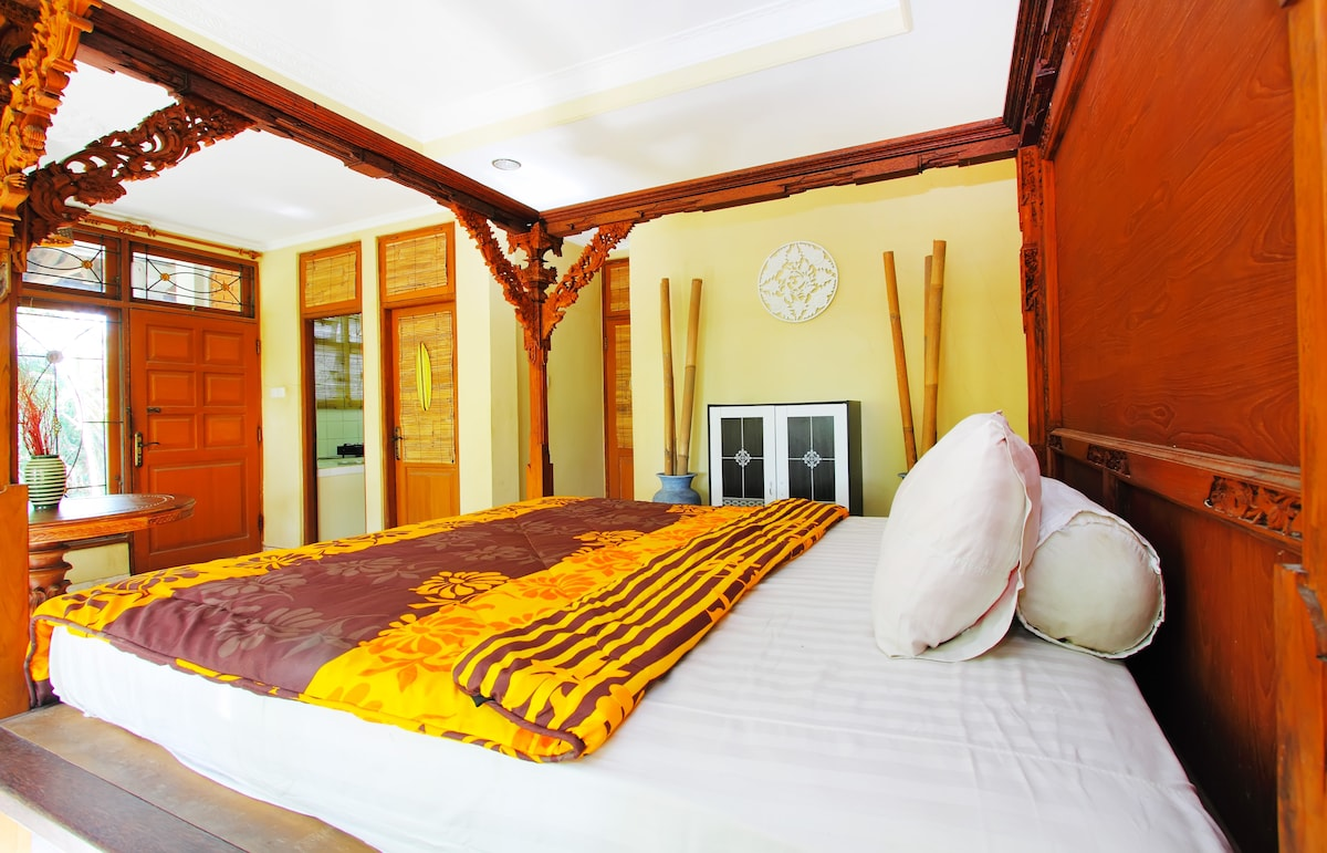 King size bed 1.8 x 2.0 meter with closet and bamboo decoration. The King size bed has a musquito net attached on the frame!