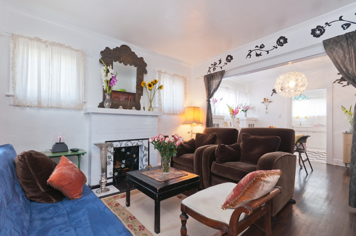 WONDERLAND'S BEACH Bunglalow Hideaway, Comfy Living Room.  FYI, Couch can become a fold out bed