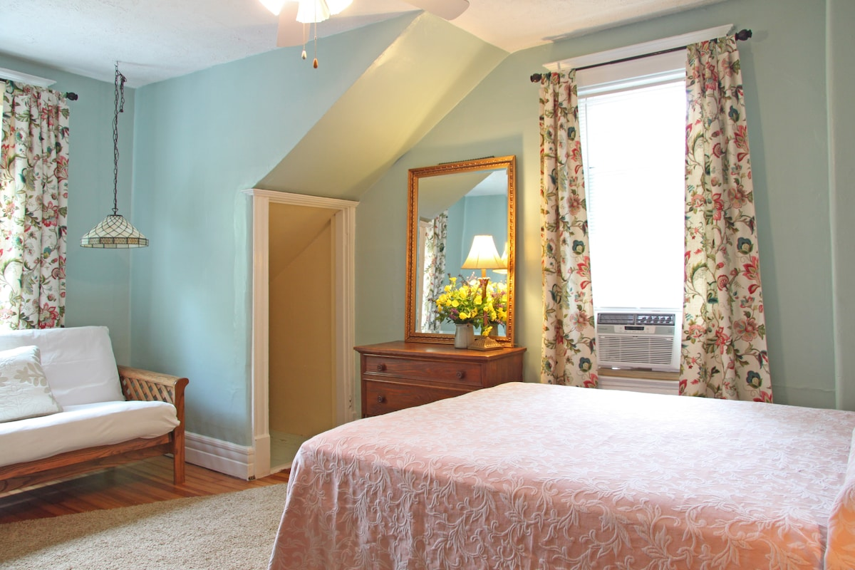 The main bedroom has a queen bed and a double size futon.
