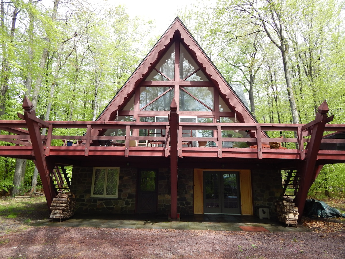 Enjoy your stay in one of the original Lake Naomi properties. This large A-frame house was built in the 1960's and has remained a family-gathering place for several generations. Sleeps 10 comfortably and has decks front and back. Lake access for boating.
