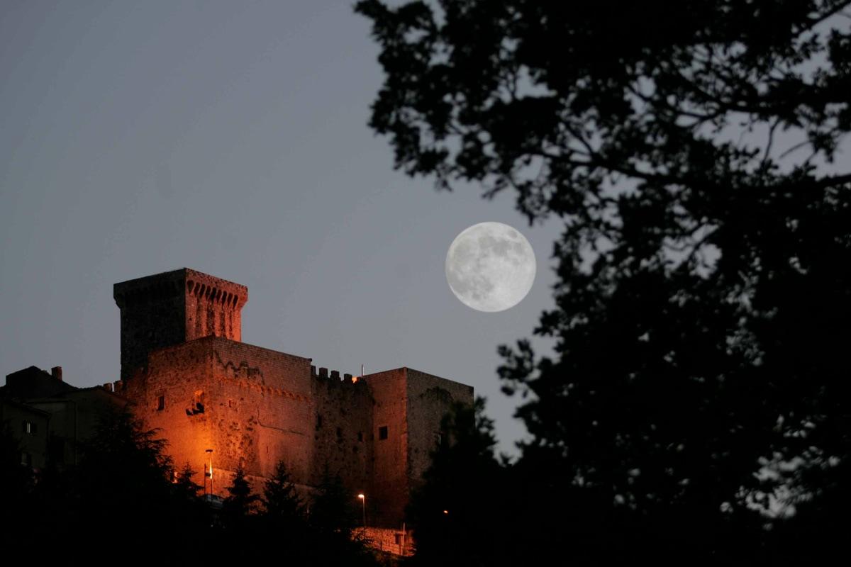 Il castello Caetani in notturna