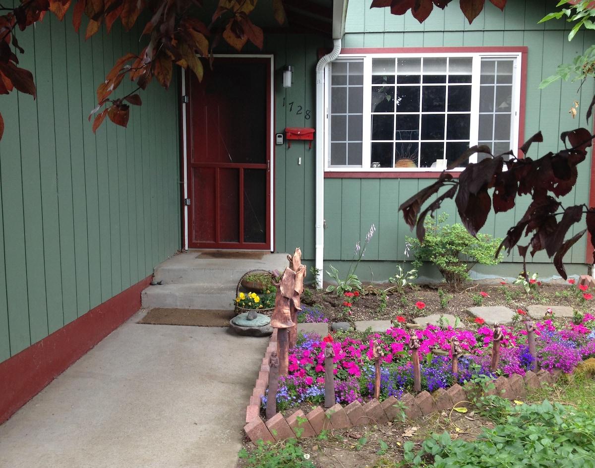 Artsy Alberta Cottage Private Room