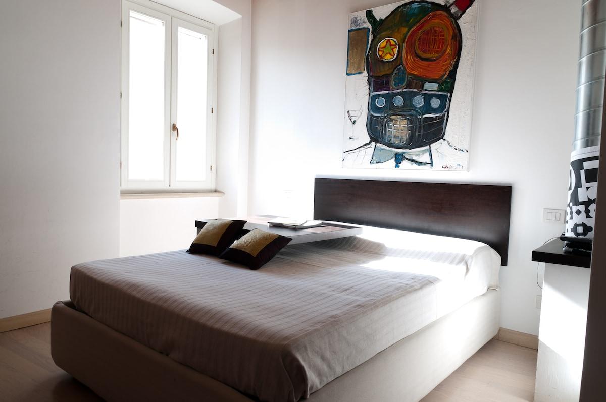 Il letto matrimoniale e Il quadro di Cristiano Carotti, artista contemporaneo Ternano.