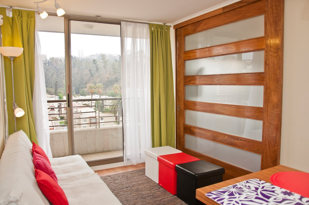 Vista de living comedor con puerta deslizante a segundo dormitorio