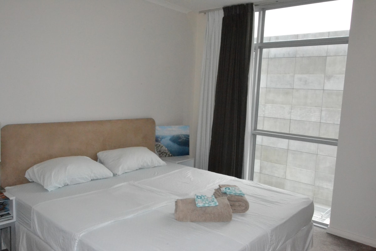 Bright and big room with king size bed (180cm). Very comfortable for two