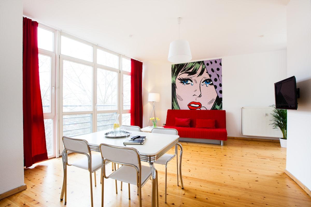 FREIRAUMWOHNUNG II - im Wohnzimmer bietet die 3m große Fensterfront (mit franz. Balkon) einen einzigartigen Blick über Berlin-Kreuzberg
