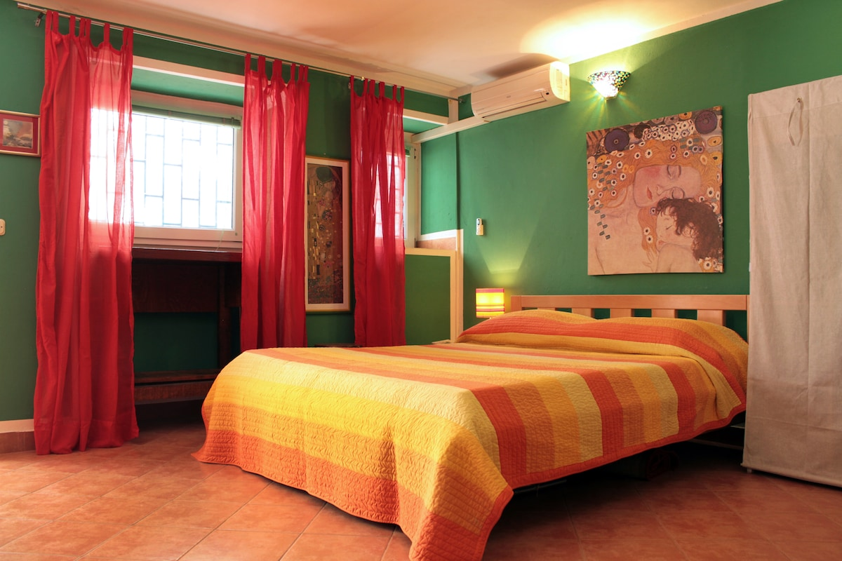 Green apartment: full of color and paintings