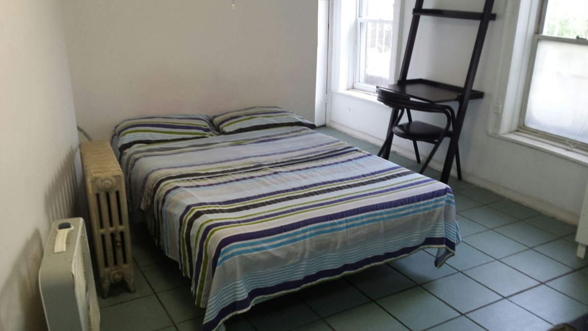 Full size bed with clean sheets