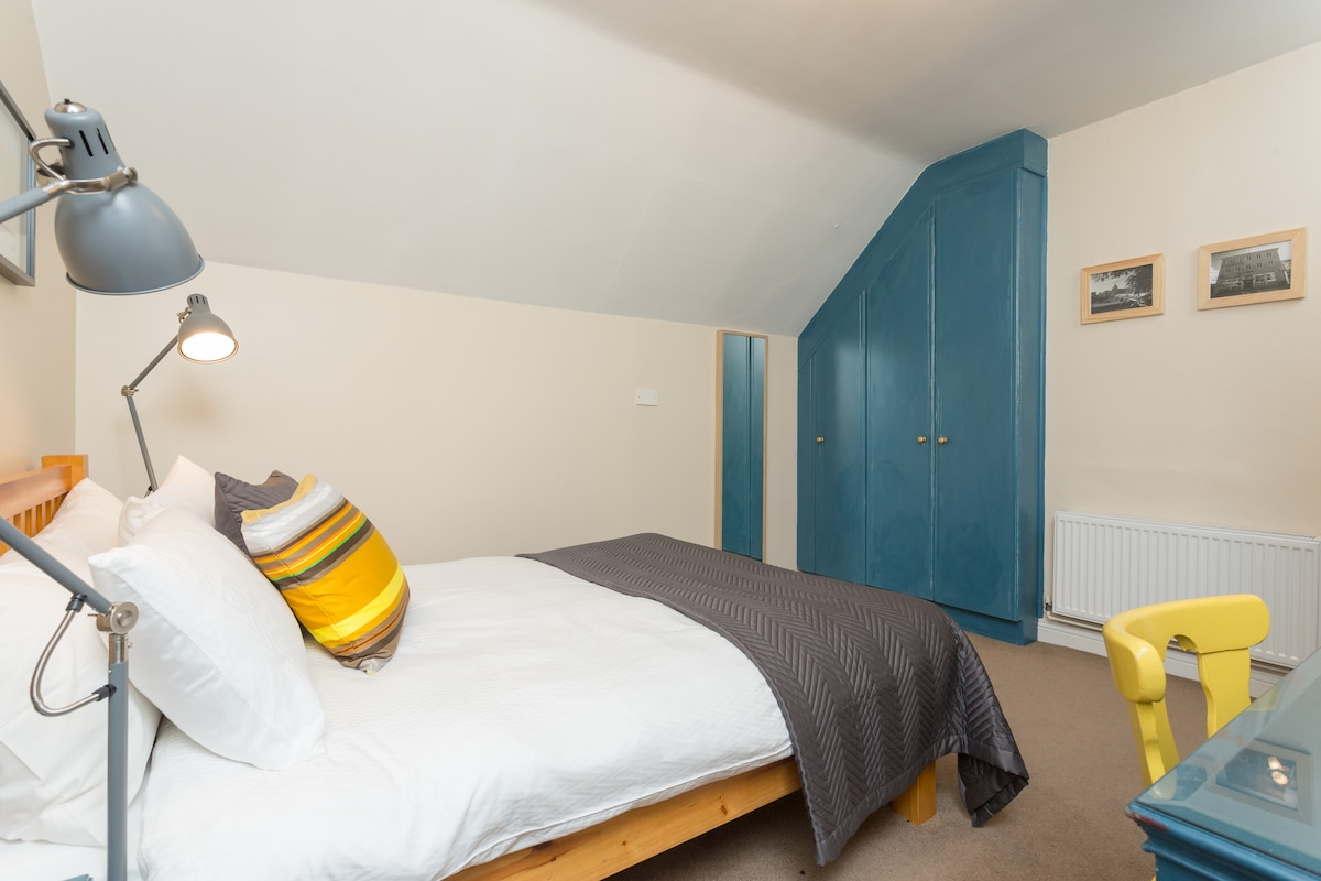 ...and large built-in wardrobes. A very comfortable space to get a good night's sleep.