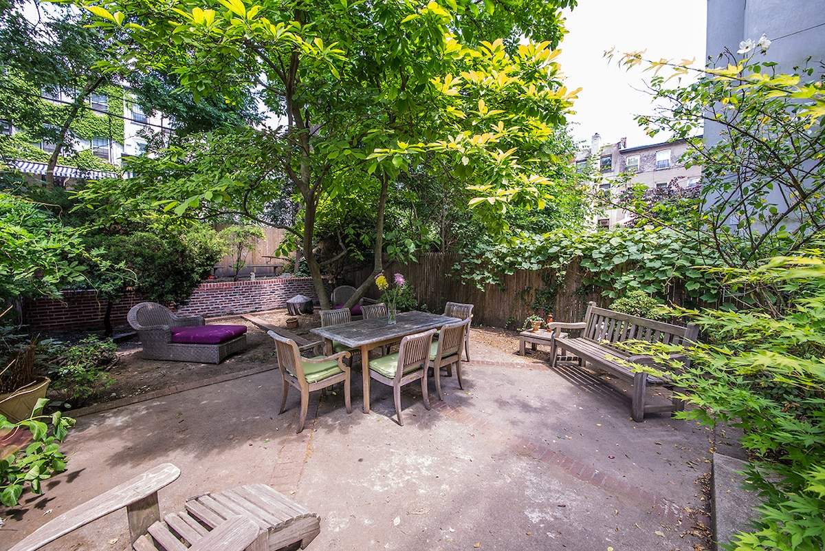Large 1000 sf garden w/ plenty of seating + a gas grill.