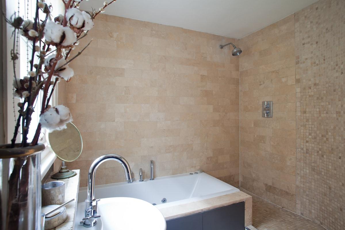 Bathroom with jakuzzi tub & wet room shower, heated marble tiles, a little luxury - 8sqm