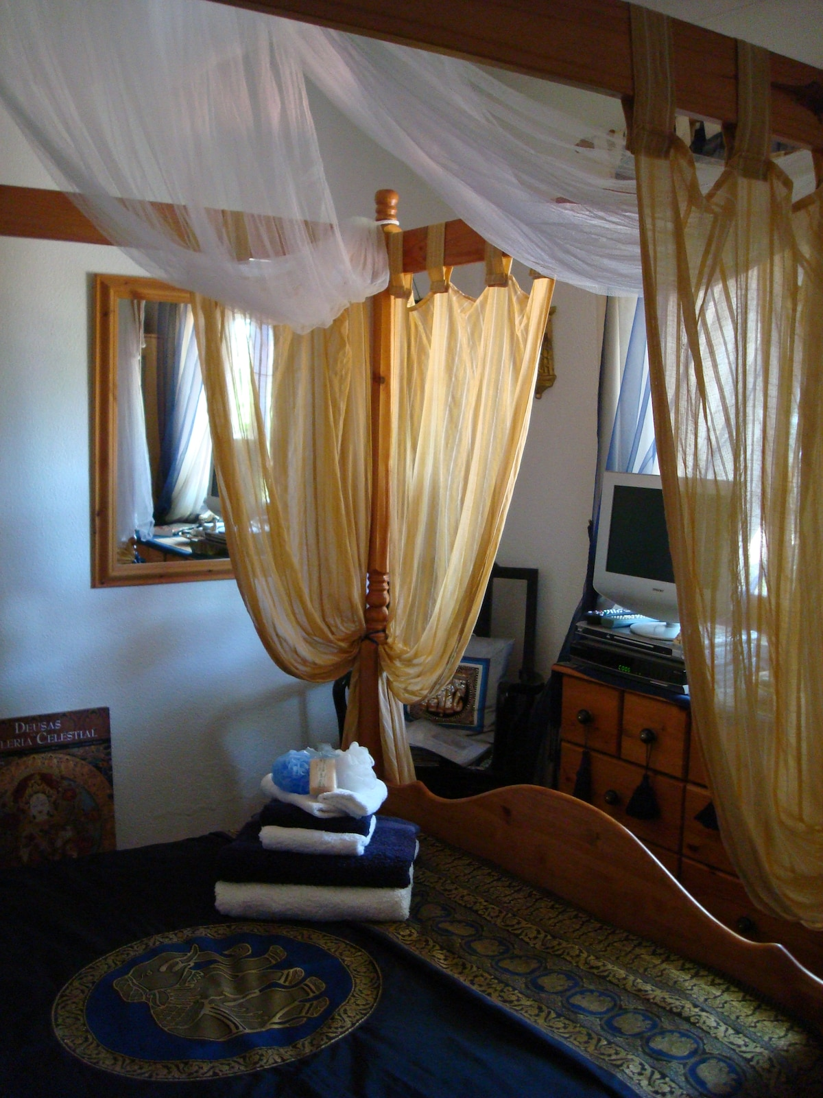Beautiful Room with a four poster bed & Thai mosquito canopy