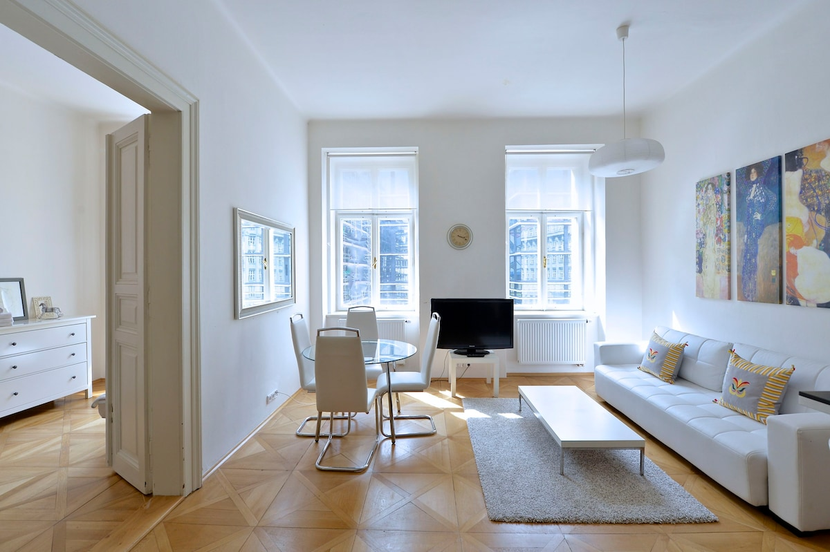 CHIC APARTMENT WALK TO OLD TOWN SQ