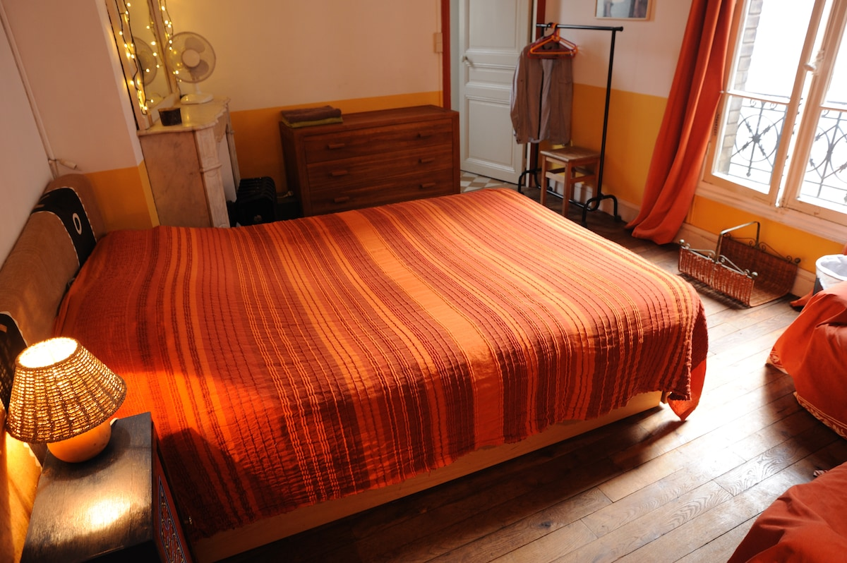 quiet bedroom (heart of Montmartre)