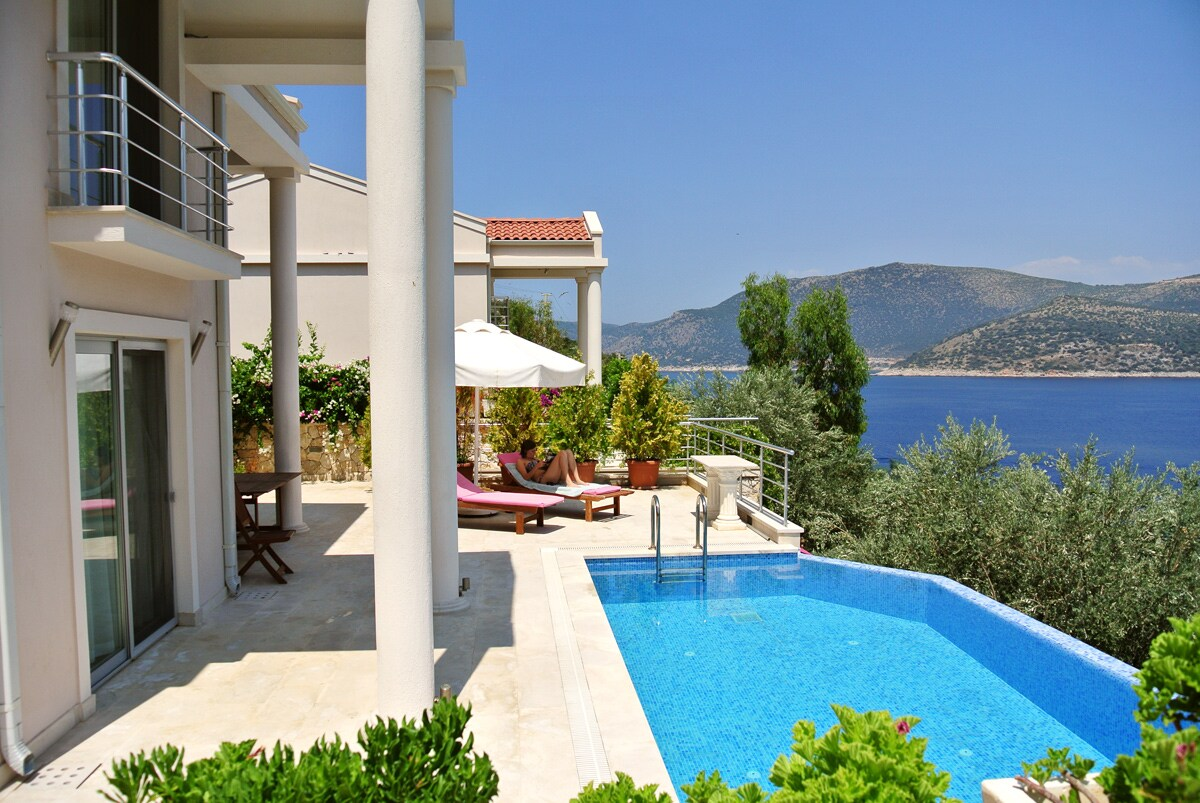 Seafront villa with infinity pool
