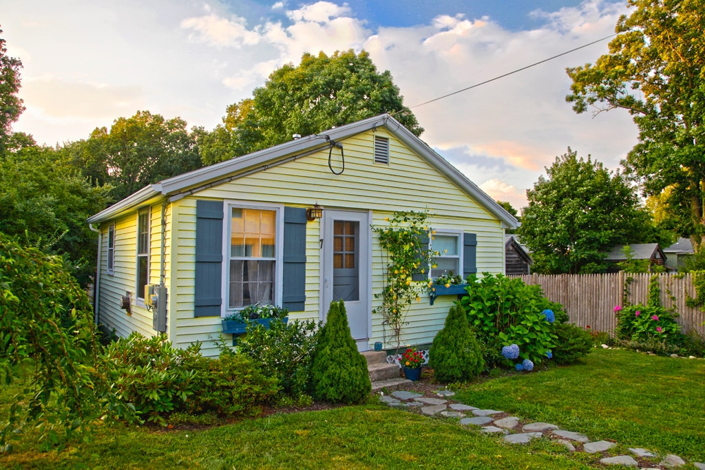 Classic New England Beach Cottage In Kingston