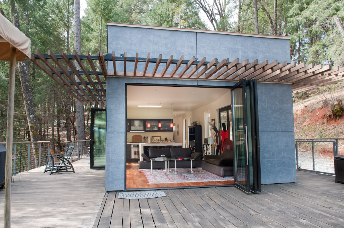 """""""Green"""" Off-Grid Glass House"""